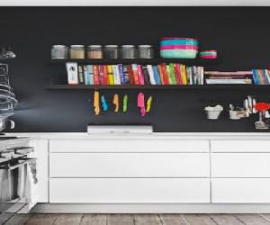 une peinture noire sur un pan de mur d'une cuisine blanche, une tendance pour une décoration de cuisine design