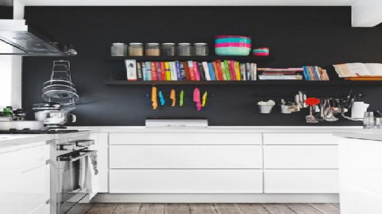 Un mur noir dans une cuisine blanche c 39 est tendance d co for Peinture mur cuisine blanche