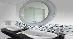 Relooker une salle de bain astuces id es d co - Carrelage adhesif douche ...