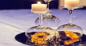 DIY déco pour faire un centre de table de Noël avec des accessoires simples : verres à pied, assiettes, bougies et fleurs