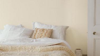 Une peinture couleur neutre est facile à vivre dans une chambre d'adulte et une chambre grise se révèle une bonne idée. Sur les murs, une couleur poudre d'ivoire ou sable, des tons doux et cocooning. Peinture : Poudre de Riz etPoudre d'Ivoire Dulux Valentine