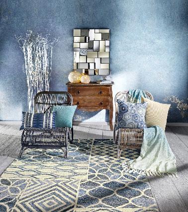 Pour une ambiance plus terre à mer,le bois estégalementprésent en contraste dans le nouveau catalogue printemps/été Helline autant dans les fauteuils de relaxation en rotin que les tables basses à coordonner par exemple avec un tapis bleu délavé, une couleur tendre qui s'entremêle à des motifs blanc cassé.