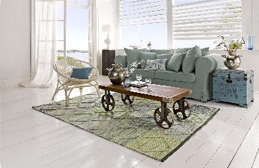 """Le nouveau catalogue Helline propose une gamme de meubles sur le thème """"week-end à la mer"""". Les nuances bleutées des meubles donnent à la pièce une allure de maison de vacances les pieds dans l'eau. Table basse H/l/P tot. env. 36,5/114,5/54,5 cm, prix 419,90€."""