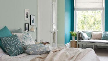 Dans unechambre d'adulte au nord, peindre les murs dansune harmonie de couleurs claires et chaudes compense le manque de luminosité. Une peinture couleur vert d'eau et un bleu turquoise qui par un effet de miroir renvoient la lumière dans la chambre. En complément, des couleurs pastel de rose poudré, ivoire et lin et la chambre s'illumine. Peinture :Vert d'Eau, bleu turquoise Acapulco et blanc Dulux Valentine.