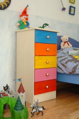 Avec un nuancier de 31 couleurs pour la peinture en bombe, il est facile de repeindre les tiroirs d'une commode de plusieurs couleurs pour un effet ludique dans une chambre d'enfant. Peinture Julien