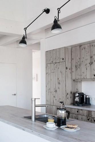 Les meubles de cuisine en bois reviennent sur le devant de la scène ! La cuisine scandinave affectionne ce matériau utilisé dans la quasi-totalité des ambiances nordiques.