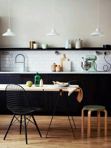 La cuisine vintage une valeur sûre en déco de cuisine. Le style scandinave ose le noir et blanc pour son aménagement avec les meubles, le carrelage et la peinture.