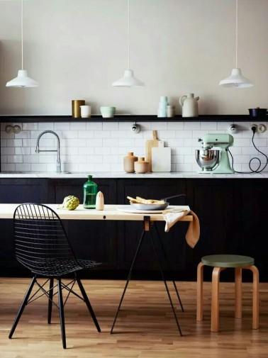 Cuisine scandinave noire et blanche avec touches pastel - Cuisine noire et blanche ...
