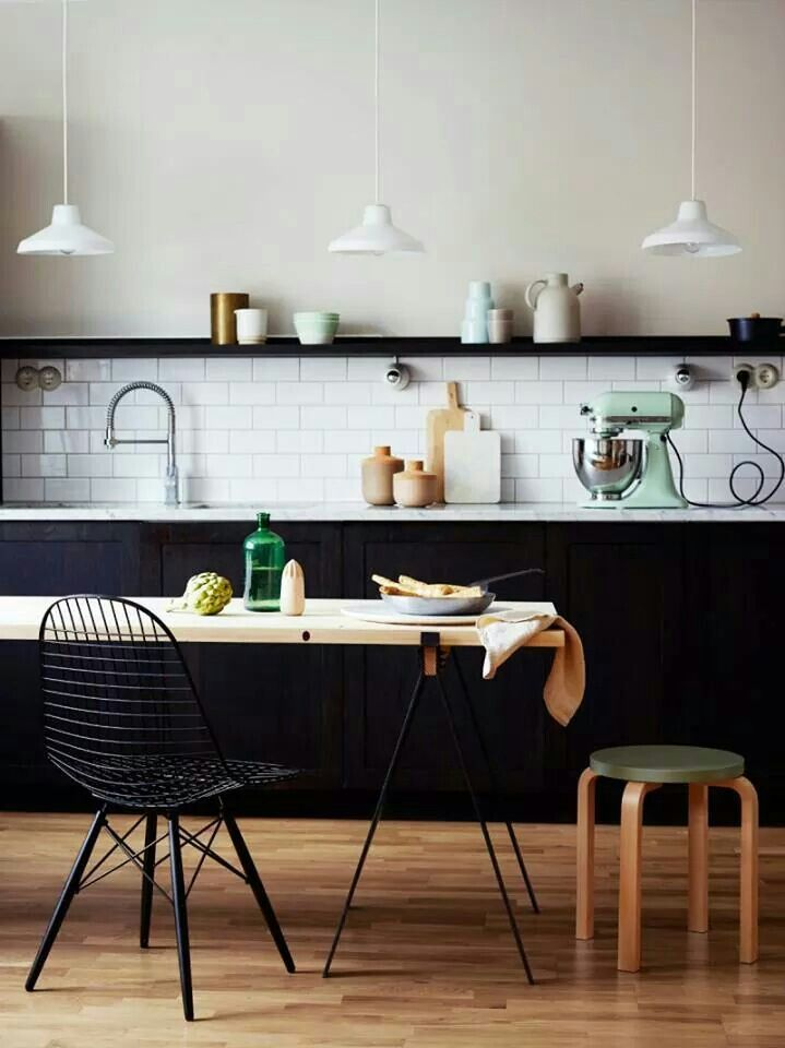 cuisine scandinave noire et blanche avec touches pastel vintage et bois tr s design. Black Bedroom Furniture Sets. Home Design Ideas