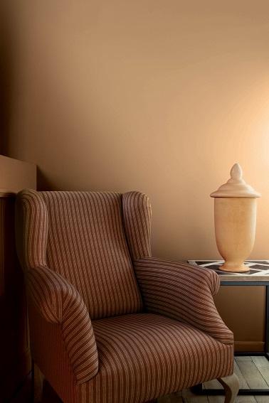 Peinture Tollens couleur jaune Bellini, un nom typique italien, une teinte de jaune ocrée qui s'inspire des salons de Provence de l'époque. Ces deux éléments combinés se suffisent à eux-mêmes pour donner à la maison un véritable charme authentique et surtout de la chaleur pour un espace où il fait bon vivre !