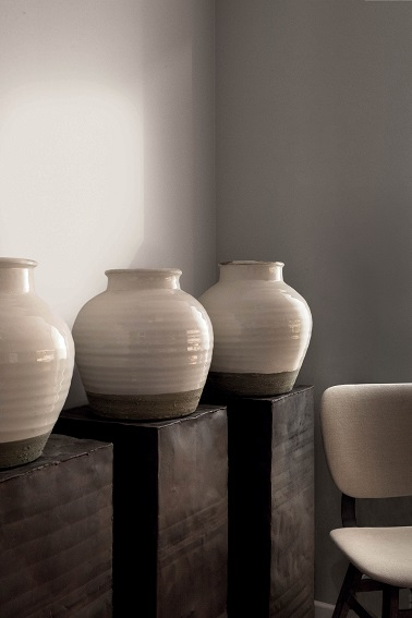 Une ambiance accueillante et élégante avec cette peinture beige légèrement grisée nommée Fantôme. La teinte appelée symboliquement Fantôme apporte de la luminosité à l'intérieur et crée un espace chaleureux et authentique dans la maison.