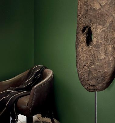 Cette peinture couleur verte de Tollens  évoque une ambiance naturelle. La couleur appelée Trekking  donne l'impression de se retrouver en pleine forêt amazonienne en harmonie avec la nature, comme coupé du monde civil. Un intérieur alliant culture, authenticité et écologie qui apaise les esprit et réjouit la déco !