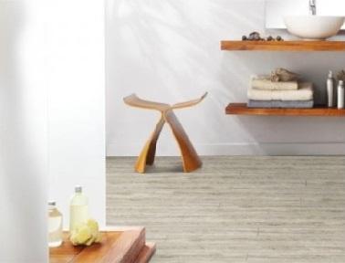 Un sol vinyle dans la salle de bain, une idée de rénovation pas chère pour relooker la salle de bain. La couleur claire et neutre du revêtement donne une ambiance zen et moderne à toute la salle de bain.