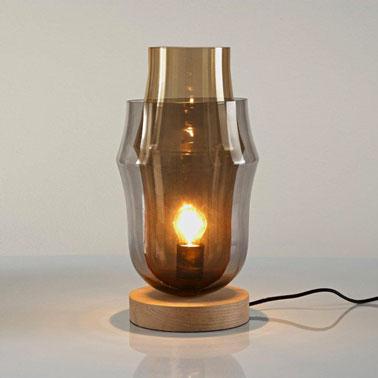 Cette lampe design à poser pour la chambre à double parois et bas en bois est original et efficace. La surperposition de la même matière, le verre, dans deux teintes différentes es une idée ingénieuse.