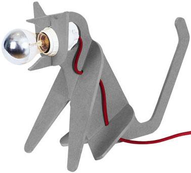 Cette lampe design à poser pour la chambre en forme de chat risque de surprendre les enfants. Et pour cause ce n'est pas un chat comme les autres, il a une tête d'ampoule.