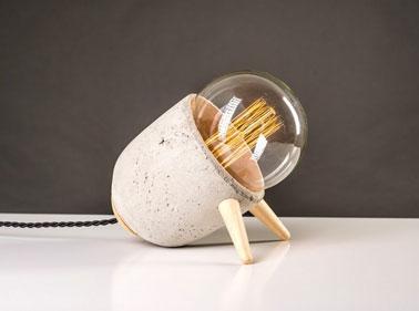 Cette lampe design à poser pour la chambre est une création fabriquée en France et faite à la main par le créateur autodidacte Mickael Koska