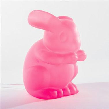 Un petit lapin rose fluo ? Il n'y a rien de plus normal dans l'imaginaire des enfants. Cette lampe design à poser pour la chambre des enfants est idéale. De quoi les aider à dormir sur leurs deux oreilles.