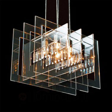 Cette lampe à suspendre pour la chambre est composée de métal, de verre et de cristaux. Un design d'exception qui fait de cette lampe une oeuvre d'art.