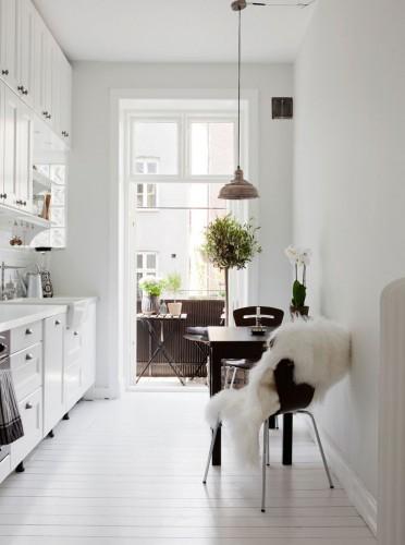 Petite ou grande la cuisine scandinave s'adapte à tous les espaces. Dans cette cuisine, la déco scandinave joue la carte du blanc relevé par une table et des chaises noires
