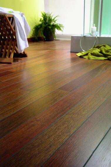 Le bois s'invite dans la rénovation de la salle de bain avec un sol stratifié imitation parquet à la fois noble et authentique. ce revêtement se pose facilement grâce à des clips et est très résistant.