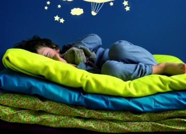 Une baleine qui traîne une montgolfière au milieu des étoiles, il fallait y penser ! Ces stickers phosphorescents ludiques ajoutent une touche tendance à la chambre. Blancs ils sont visibles le jour et peuvent être collés à divers endroits de la pièce. Ils donneront alors à l'enfant l'impression de voyager avant de s'endormir. Prix : 29 euros.