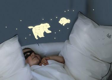 Ces stickers permettent de placer les étoiles et ces deux ours phosphorescents à n'importe quel endroit sur la mur de la chambre de l'enfant.  Les étoiles parsemées au dessus du lit devrait permettre que l'enfant s'endorme la tête dans les constellations. Prix : 29 euros
