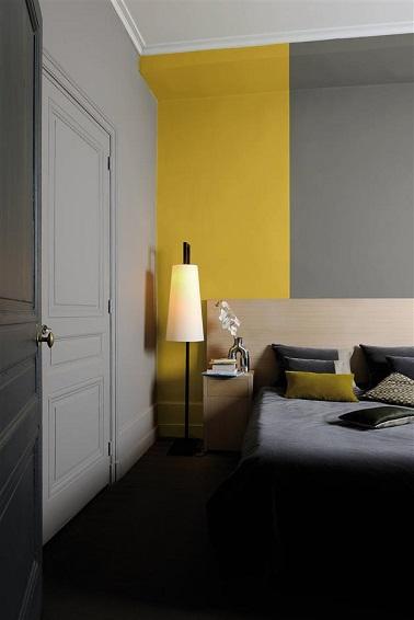 Marier le gris et le jaune dans la chambre à coucher c'est culotté ! Dans cette chambre la couleur jaune avoine solaire sur une large bande du mur s'assorti parfaitement avec les nuances de gris de la pièce. L'ardoise et le gris clair sont réveillés par cette couleur surprenante et détonante…Cosy et tendance, le pari est gagné dans cette suite parentale !