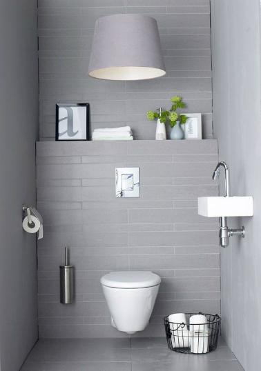 Un total look gris clair pour ces WC qui vole la vedette aux traditionnels carreaux blancs. Un gris qui  met en valeur l'ensemble du mobilier blanc. Niveau déco, très épuré, un simple cadre et une plante verte posé sur le rebord sont du plus bel effet dans l'esprit soft ambiant de ces toilettes.
