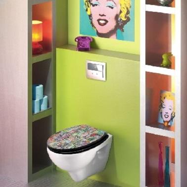 Dans ces WC, c'est bien l'esprit d'Andy Wharol qui imprègne les lieux. Cette déco au cocktail de couleur étonnant, créé une explosion de coloris dans un style pop.  A commencer par l'abattant des WC patchwork en passant par les étagères oranges ou encore le papier toilettes bleu, le tout créant une ambiance haute en couleur. Les accessoires design déco violet ne sont là que pour accentuer l'esprit pop art et rétro des WC.