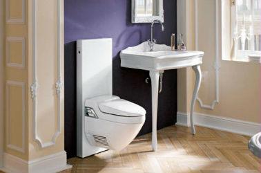 Le parquet clair de ces toilettes est en contraste avec le mur foncé indigo. La courbe de ces WC particulière est en décalage avec le meuble vasque à pieds aux allures d'une commode Louis XV. Le tout mêlé aux mur crème aux sobres reliefs blancs apporte une touche tendance et un semblant de noblesse à la pièce.
