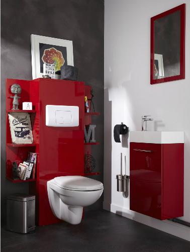 Des meubles rouge laqués, une couleur vive qui ressort sur ce mur et sol béton. Loin du bleu et du blanc, c'est cette fois le rouge qui prime dans ces toilettes. Un éclat de couleurs qui donne du caractère à ces WC.