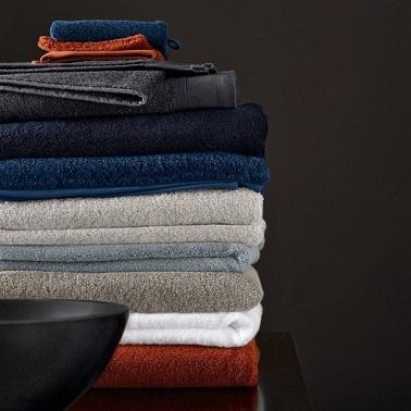 La déco touche même le linge de toilette ! Pour rénover une salle de bain jusque dans les moindres détails, accordez les serviettes et tapis de bain, une astuce qui crée un effet raffiné et tendance dans la salle d'eau.