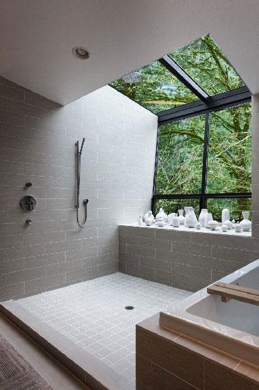 Revêtement mural et sol valeur sûre pour l'aménagement de la douche italienne, le carrelage gris clair s'impose toujours comme le matériau incontournable. Gris minéral comme dans cette douche, il illumine toute la salle de bain