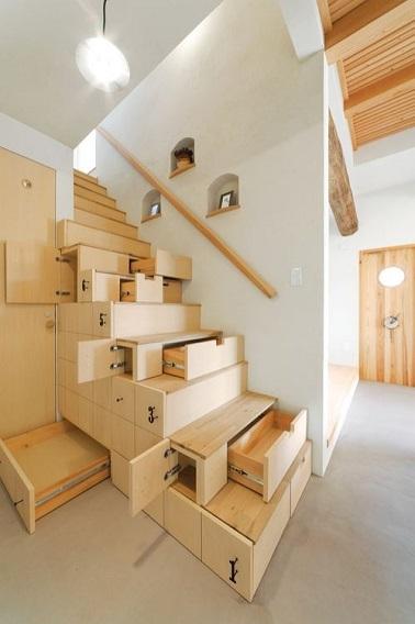 Cet escalier ne perd aucune occasion de vous faire ranger ! tiroirs latéraux spacieux, petit box de rangements, et tiroirs faciaux, cet escalier est un condensé de tous les rangements de la maison à lui tout seul. Ce n'est plus seulement sous l'escalier que le rangement se passe mais jusque dans l'escalier !