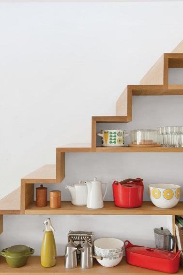 etag res pour le rangement d 39 une cuisine sous escalier. Black Bedroom Furniture Sets. Home Design Ideas