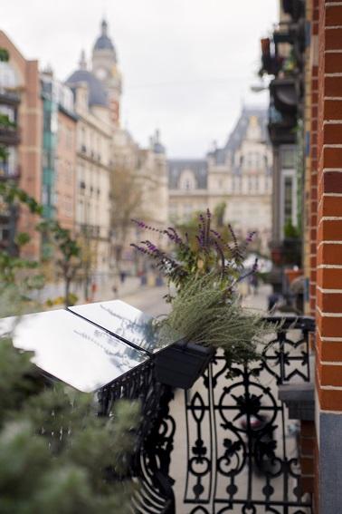 Les balcons, loggias et autres terrasses peuvent aussi avoir leurs réflecteurs de lumière. Le dispositif s'adapte aussi bien à des fenêtres qu'à des balustrades en tout genre. Une astuce pratique pour les appartements sombres !