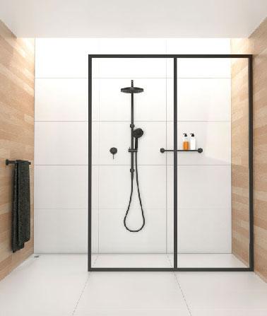 Très lumineuse la douche à l'italienne de cette salle de bain avec un carrelage blanc sublimé par le lambris en bois clair aux larges  lames. Design et élégance en noir et blanc apporté par la paroi de verre et le système de douche tout de noir vêtu.