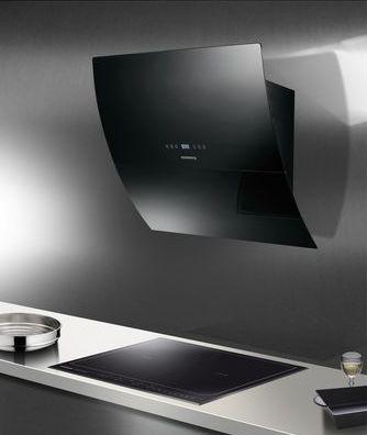 Une hotte couleur perle noire inspirée par le design d'une télévision écran plat à adopter sans réserve à la décoration d'une moderne. En verre courbé couleur perle noire, elle est équipée d'un éclairage led ainsi que de commandes sensitives. tous deux fondus dans un design très tendance. hotte ref:RDL910 Rosieres.