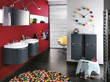 la salle de bain se fait design en rouge et gris anthracite. Black Bedroom Furniture Sets. Home Design Ideas