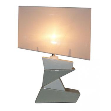 Cette lampe à poser pour la chambre joue avec la géométrie, la structure et les couleurs. Elle est idéale pour une table de chevet