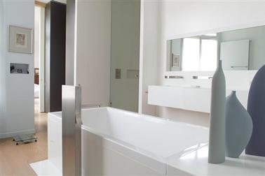 Peinture salle de bain design couleur gris et blanc for Couleur de peinture de salle de bain