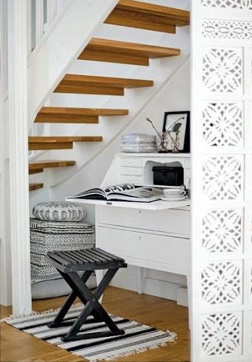 Un coin bureau sous escalier un rangement gain de place for Meuble bureau sous escalier