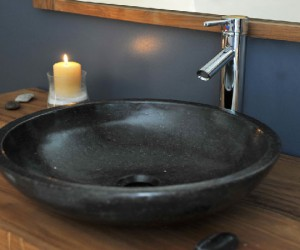 Installer un plan vasque, poser un revêtement stratifié, refaire la peinture dans la salle de bain suffit à une rénovation facile sans avoir à tout changer