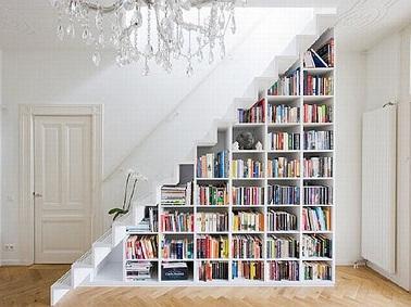 Une bibliothèque sous l'escalier, c'est l'astuce rangement rêvée pour ne plus laisser traîner les bouquins dans la maison. Avec de petites cases pour ranger les livres ce rangement permet une grande capacité de stockage.