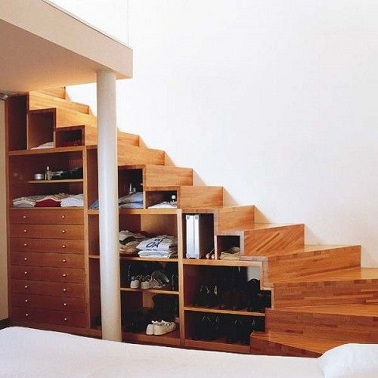 Créer un dressing sous son escalier, un aménagement très pratique et élégant. Plus la peine de chercher en vain à faire de la place dans les placards, cet escalier dressing libère la penderie !