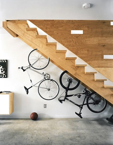 Pratique pour les sportifs vivant dans de petits espaces, ce rangements de vélos sous escalier permet de gagner de la place au sol et d'occuper la surface. Très fonctionnel et utile pour ne pas encombrer l'espace, ce rangement intelligent sort de l'ordinaire !