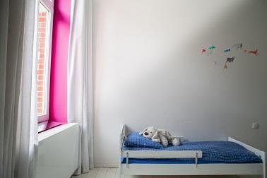 Discret et efficace le réflecteur de lumière peut se fixer sur un rebord intérieur de fenêtre. Un gain de lumière indéniable ! Espaciel©