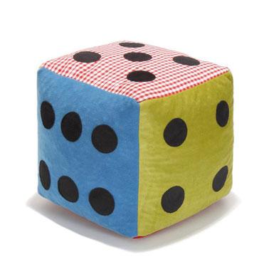 Ce pouf en forme de dé multicolore trouvera facilement sa place dans la chambre de votre enfant.