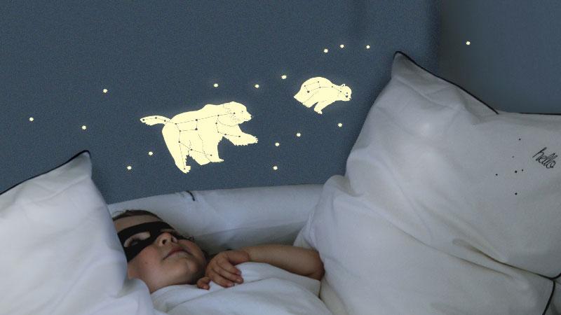 Stickers phosphorescents pour une deco chambre enfant ludique avec des stickers qui servent aussi de veilleuse la nuit venue