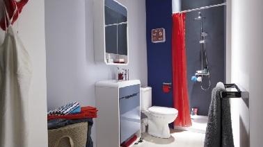 Petite salle de bain en longueur qui mise sur les couleurs - Amenagement salle de bain en longueur ...